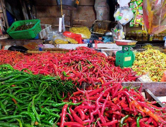 Harga cabai rawit di pasar Tenguyun pada Sabtu (10/4/2021) mencapai Rp 150 ribu per kilogram. (foto: jendelakaltara.co)