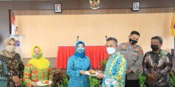 Wali Kota Tarakan dr. H. Khairul M.Kes menyerahkan potongan tumpeng kepada Ketua PKK Tarakan Hj. Siti Rujiah Khairul, Sabtu (10/4/2021). (foto: jendela kaltara.co)