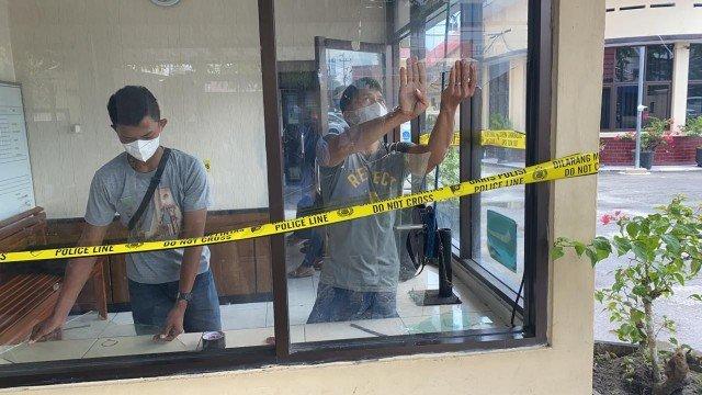 Pos penjagaan Mako Polres Tarakan diberi garis polisi. Pasca dilempar batu, kaca pos penjagaan diperbaiki. (foto: Istimewa)
