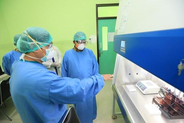 Wali Kota Tarakan dr. H. Khairul M.Kes saat melihat peralatan untuk memeriksa swab pasien Covid-19 dengan PCR yang dimiliki RSUKT beberapa waktu lalu. (foto: Bagian Prokopimda Tarakan)