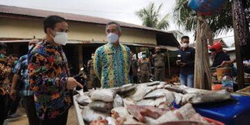 Wali Kota Tarakan dr. H. Khairul M.Kes, bersama Kepala Perwakilan Bank Indonesia Provinsi Kaltara Yufrizal dan TPID Tarakan  memantau harga dan ketersediaan bahan pangan di Pasar Tenguyun, Sabtu (10/4/2021). Kegiatan tersebut dilaksanakan menjelang bulan suci Ramadhan dan Idulftri 1442 Hijriah. (foto: Prokopimda Tarakan)