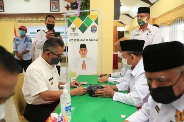 Wali Kota Tarakan dr. H. Khairul M.Kes menyalurkan zakatnnya ke Baznas Tarakan pada kegiatan Gerakan Cinta Zakat di gedung Serbaguna Kantor Wali Kota Tarakan, Rabu (5/5/2021) lalu. (foto: Prokopimda Tarakan)