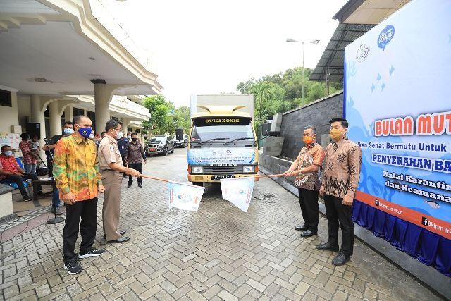 Wali Kota Tarakan dr. H. Khairul M.Kes melepas pendistribusian bantuan 2,7 ton ikan segar untuk masyarakat. (foto: Prokopimda Tarakan)