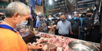 Wali Kota Tarakan dr. H. Khairul M.Kes bersama Kepala Perwakilan Bank Indonesia Provinsi KaltaraYufrizal dan TPID Tarakan memantau harga dan stok kebutuhan pokok di pasar Gusher, Sabtu (8/5/2021). (foto: Prokopimda Tarakan)