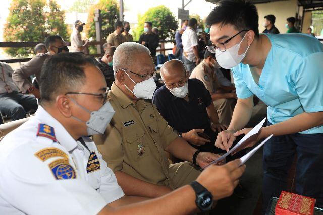 Wakil Wali Kota Tarakan Effendhi Djuprianto menerima hasil pemeriksaan Covid-19 dengan GeNose, Selasa (18/5/2021). (foto: Prokopimda Tarakan)