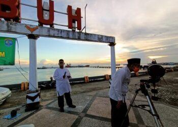 Wali Kota Tarakan dr. H. Khairul M.Kes memantau hilal menggunakan teropong, Senin (11/5/2021). (foto: Prokopimda Tarakan)
