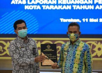 Wali Kota Tarakan dr. H. Khairul M.Kes menerima LHP LKPD tahun anggaran 2020 dari Kepala BPK Perwakilan Kaltara Agus Priyono, Selasa (11/5/2021). (foto: Prokopimda Tarakan)
