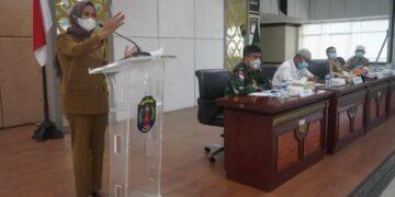 Bupati Nunukan Hj. Asmin Laura Hafid menyampaikan sambutannya pada rapat pembahasan tentang kelangkaan dan mekanisme distribusi LPG tabung 3 Kg (foto: Humas Setda Nunukan)