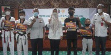 Bupati Nunukan Hj. Asmin Laura Hafid bersama atlet berprestasi. (foto: Humas Setda Nunukan)
