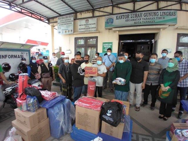 Wali Kota Tarakan dr. H. Khairul M.Kes menyerahkan bantuan kebutuhan pokok kepada warga terdampak kebakaran di Kelurahan Gunung Lingkas, Minggu (16/5/2021). (foto: Prokopimda Tarakan)