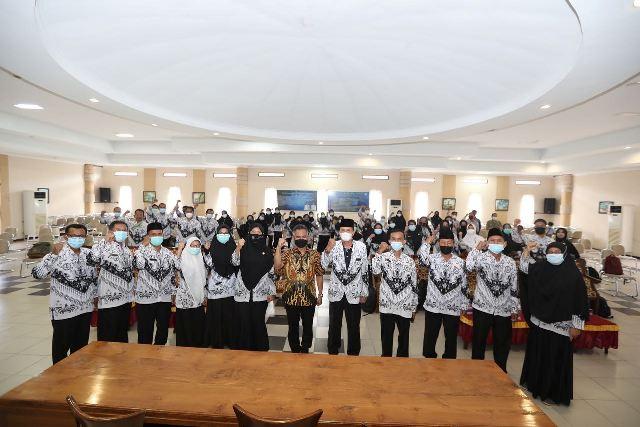 Wali Kota Tarakan dr. H. Khairul M.Kes bersama pengurus PGRI Kota Tarakan di aula SMPN 1 Kota Tarakan, Sabtu (22/5/2021). (foto: Prokopimda Tarakan)