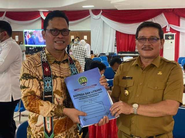 Senator asal Kaltara Hasan Basri menerima usulan kegiatan Pemakb Bulungan untuk tahun 2022 yang diserahkan Wakil Bupati Ingkong Ala. (foto: Tim HB)