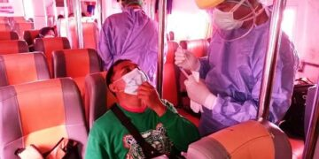 Petugas kesehetan mengambil sampel seorang penumpang untuk dilakukan pemeriksaan dengan rapid test antigen. (foto: Istimewa)