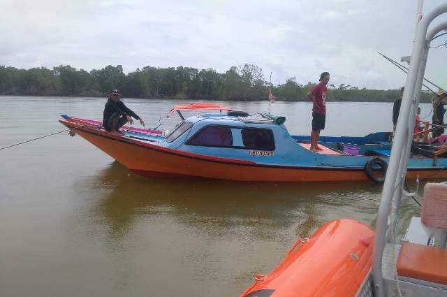 Longboat yang digunakan Sudirman ditemukan di Perairan Marunggu, Pulau Tias, Kabupaten Bulungan. (foto: Kantor Pencarian dan Pertolongan Tarakan)