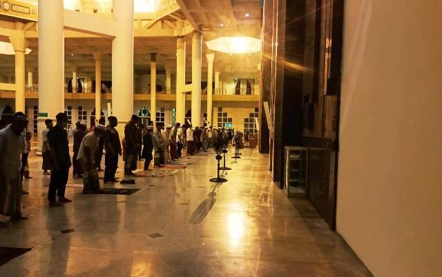Salat gerhana bulan dilaksanakan di Masjid Baitul Izzah Islamic Center, Rabu (26/5/2021). (foto: Istimewa)