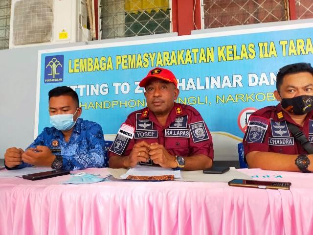 Kepala Lapas Kelas IIA Tarakan Yosef Benyamin Yambise (tengah) menyampaikan keterangan pers, Sabtu (8/5/2021). (foto: jendelakaltara.co)
