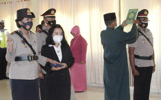 Kasat Lantas Iptu Angel C. Pontoh dan Kasat Binmas Polres Malinau Iptu Muadib yang baru dilantik, Jumat (30/04/2021). (foto: Humas Polres Malinau)