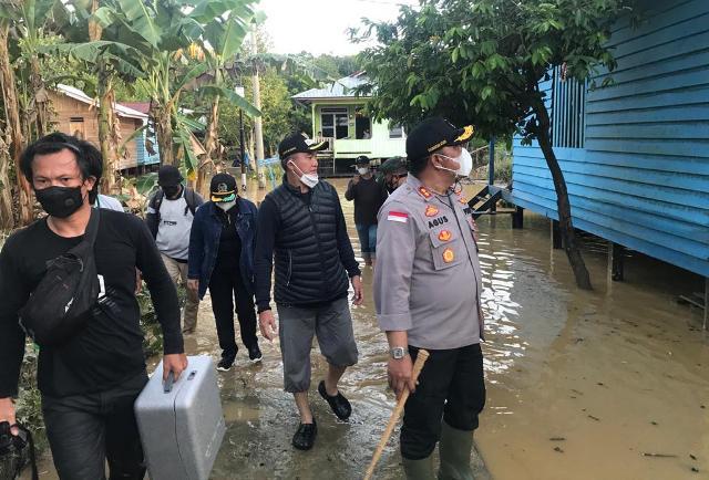 Kapolres Malinau AKBP Agus Nugraha bersama Bupati dan pejabat Forkopimda memantau salah satu desa yang terdampak banjir. (foto: Humas Polres Malinau)