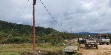 pemasangan jaringan listrik di salah satu desa di Kecamatan Krayan Kabupaten Nunukan. (foto: PLN)
