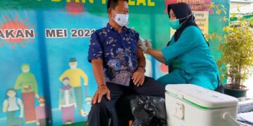 Seorang purnawirawan TNI AD disuktik vaksin. (foto: jendelakaltara.co)