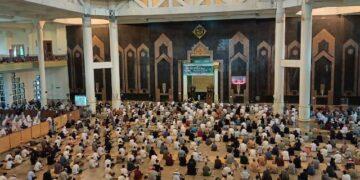 Umat muslim melaksanakan salat Idulfitri di masjid Baitul Izzah Islamic Center Tarakan dengan menerapkan protokol kesehatan, Kamis (13/5/2021). (foto: Istimewa)