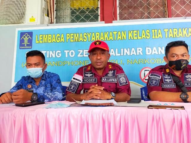 Kepala Lapas Kelas IIA Tarakan Yosef Benyamin Yambise (tengah) memberikan keterangan pers kepada awak media, Sabtu (8/5/2021). (foto: jendelakaltara.co)