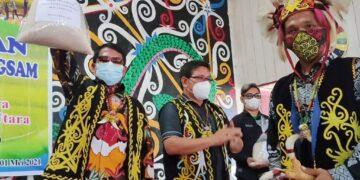 Gubernur Kaltara Zainal A. Paliwang memperlihatkan hasil panen padi masyarakat Desa Long Sam, Sabtu (1/5/2021). (foto: Diskominfo Kaltara)