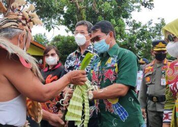 Gubernur Kaltara Zainal A. Paliwang dan Wakil Gubernur Yansen TP beserta istri disambut masyarakat Desa Mara Satu dalam kehadirannya di acara syukuran selesai panen, Sabtu (8/5/2021). (foto: Diskominfo Kaltara)