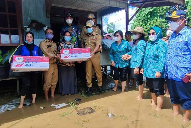 Gubernur Kaltara Zainal A. Paliwang menyerahkan simbolis bantuan bahan makanan kepada warga terdampak banjir, Senin (17/5/2021). (foto: Diskominfo Kaltara)