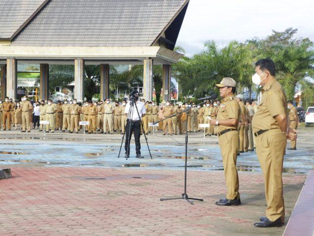 PIMPIN APEL: Gubernur Kaltara Zainal A. Paliwang memimpin apel di lingkungan Pemprov Kaltara pasca cuti bersama lebaran, Senin (17/5/2021). (foto: Diskominfo Kaltara)