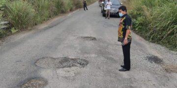 Gubernur Kaltara Zainal A. Paliwang melihat jalan berlubang di salah satu titik di Jalan Kilometer 9 Tanjung Selor, Kabupaten Bulungan, Kamis (20/5/2021). (foto: Diskominfo Kaltara)