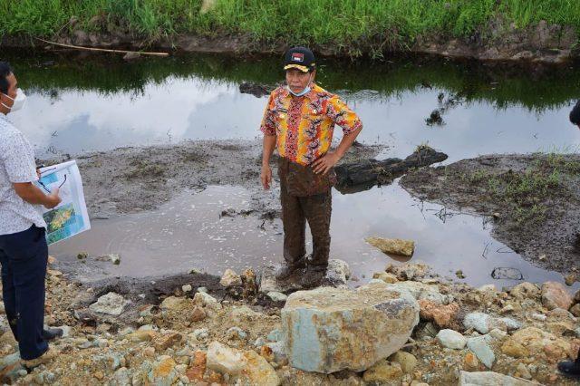 Gubernur Kaltara Zainal A. Paliwang berdiri di salah satu lokasi pembangunan KBM yang terlihat rawa. (foto: Diskominfo Kaltara)