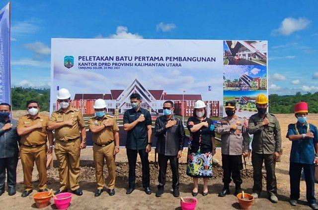 Gubernur Kaltara Zainal A. Paliwang, Wagub Yansen TP dan sejumlah pejabat dan tokoh masyarakat di lokasi pembangunan gedung DPRD Kaltara, Senin (24/5/2021). (foto: Diskominfo Kaltara)