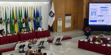 Gubernur Kaltara Zainal A. Paliwang menghadiri rakor bersama Menteri Negara Koordinator (Menko) Bidang Perekonomian, Menteri Dalam Negeri, dan Menteri Investasi/BKPM, Jumat (28/5/2021). (foto: Diskisp Kaltara)