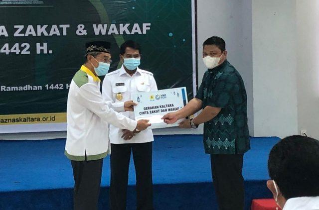 Gubernur Kaltara Zainal A. Paliwang menyaksikan penyaluran zakat dalam peluncuran Gerakan Kaltara Cinta Zakat dan Wakaf di Ruang Serbaguna, Gedung Gabungan Dinas, Kamis (15/4/2021). (foto: Diskominfo Kaltara)