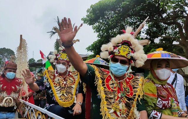 Gubernur Kaltara Zainal A. Paliwang bersama Wakil Gubernur Yansen TP menghadiri acara syukuran selesai panen di Desa Mara Satu, Kecamatan Tanjung Palas Barat, Kabupaten Bulungan, Sabtu (8/5/2021). (foto: Diskominfo Kaltara)