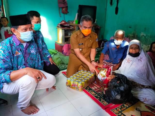 Ketua DPW HIKMA Kaltara bersama jajarannya menyalurkan paket kebutuhan pokok bagi warganya di Kelurahan Lingkas Ujung, Senin (10/5/2021). (foto: jendelakaltara.co)