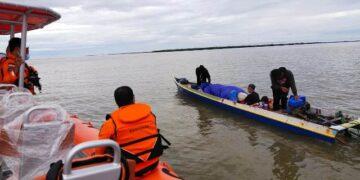 Tim rescue dari Kantor Pencarian dan Pertolongan Tarakan menemukan perahu ketinting bersama penumpangnya dalam keadaan selamat. (foto: Kantor Pencarian dan Pertolongan Tarakan)