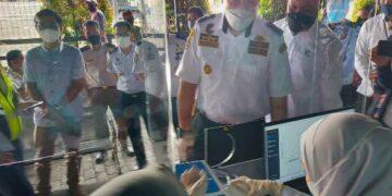 Kepala KSOP Kelas III Tarakan Capt. H.M. Hermawan mencoba melakukan pemeriksaan GeNose Covid-19, didampingi GM PT. Pelindo IV Cabang Tarakan Darwis, Selasa (18/5/2021). (foto: jendelakaltara.co)
