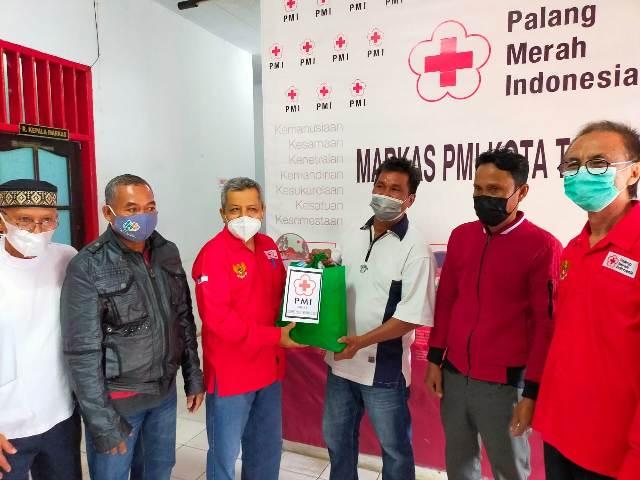 Plt Ketua PMI Cabang Tarakan Hamid Amren didampingi Ketua Panitia Agustan dan pengurus lainnya menyerahkan paket kepada penggali kubur. (foto: jendelakaltara.co)