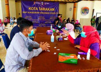 Pegawai perbankan mengikuti vaksinas covid-19 di Kantor Wali Kota Tarakan, Jumat (7/5/2021). (foto: jendelakaltara.co)