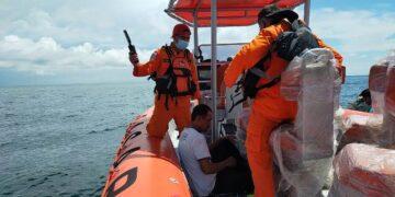 Salam Chandra dievakuasi ke tim rescue dari Kantor Pencarian dan Pertolongan Tarakan menuju Tarakan, Minggu (2/5/2021). (foto: Kantor Pencarian dan Pertolongan Tarakan)