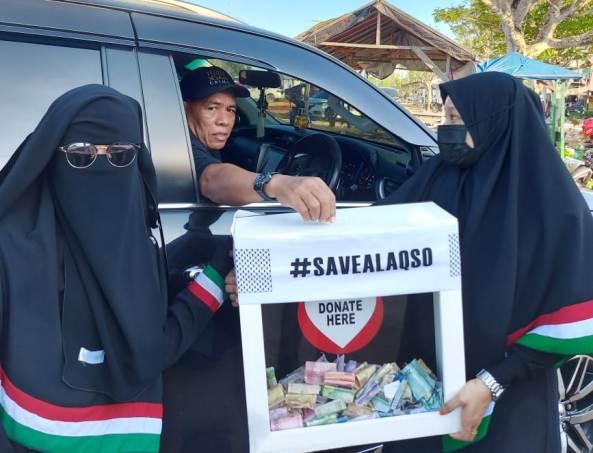 Anggota komunitas mengumpulkan dana dari pengunjung yang datang ke Pantai Amal Baru. (foto: Istimewa)