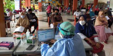 Pelaksanaan vaksinasi bagi guru dan tenaga kependidikan di SMPN 2 Tarakan, 27 Maret 2021. (foto: jendelakaltara.co)
