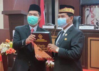 Gubernur Kaltara Zainal A. Paliwang (kanan) menerima LHP LKPD untuk tahun anggaran 2020 dari Kepala Perwakilan BPK Kalimantan Utara Agus Priyono, Senin (10/5/2021). (foto: Diskominfo Kaltara)