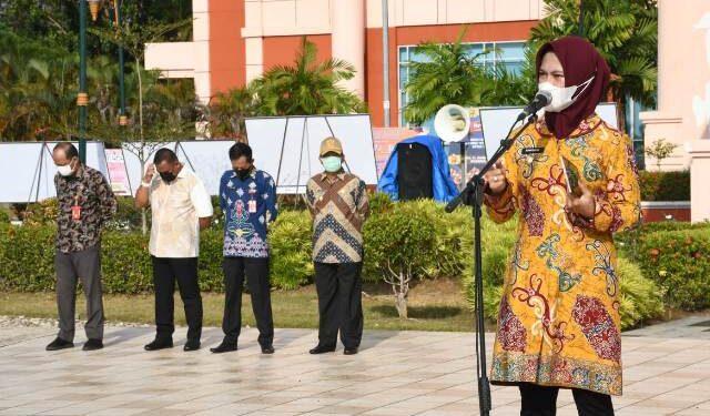 Bupati Nunukan Hj. Asmin Laura Hafid memberikan arahan pada apel pagi di lingkungan Pemkab Nunukan, Kamis (3/6/2021). (foto: Humas Setda Nunukan)