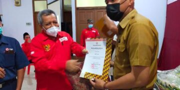 Ketua PMI Cabang Tarakan Hamid Amren menyerahkan sertifikat kepada Saifullah karena telah 25 kali mendonorkan darahnya. (foto: jendelakaltara.co)