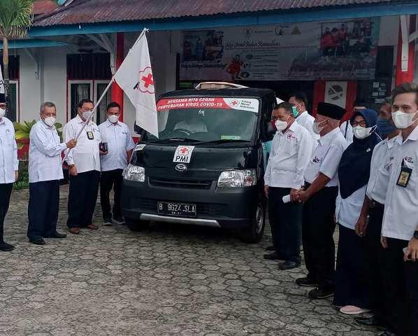 Ketua PMI Cabang Tarakan Hamid Amren melepas keberangkatan bantuan untuk warga terdampak banjir di Kabupaten Malinau, Sabtu (29/5/2021). (foto: PMI Cabang Tarakan)