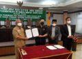 Wakil Wali Kota Effendhi Djuprianto (kiri) bersama unsur pimpinan DPRD Tarakan menyepakati Raperda LKPj Pemkot Tarakan Tahun 2020 menjadi perda di Gedung DPRD Tarakan, Selasa (8/6/2021). (foto: Prokopimda Tarakan)