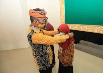 Wali Kota Tarakan dr. H. Khairul M.Kes menyematkan tanda peserta kepada perwakilan kafilah Tarakan, Kamis (10/6/2021). (foto: Prokopimda Tarakan)